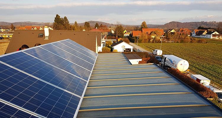 Flache Dachfläche: Die Vor- und Nachteile einer PV-Installation