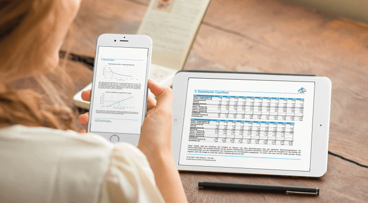 eine Frau nutzt die PV-Projektbewertung auf ihre Tablet und Smartphone