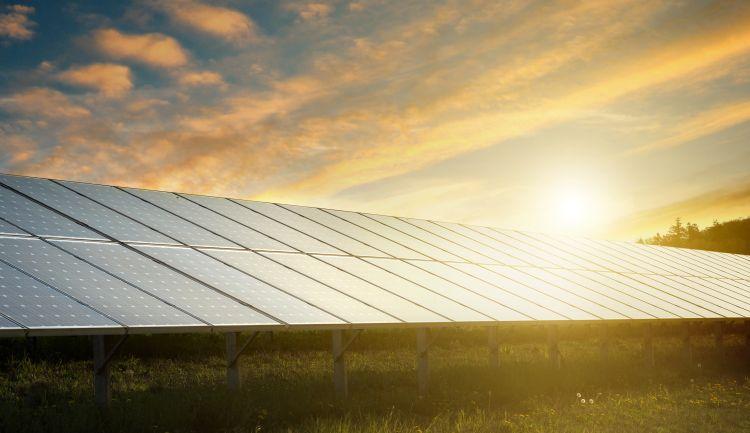 Sonnenuntergang auf einer PV-Anlage